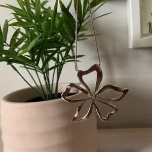 Superfint halsband med en blomma. Säljer pga aldrig använt.                                                                                      30kr+frakt