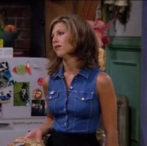 Sjukt cool 90s jeans väst, typ sån som Rachel i Vänner hade 😌✨💚 Vintage köpt secondhand men passar inte mig 😭 Storlek S eller liten M skulle jag säga, i superfint skick, använd men ser bara snyggt retro ut, väldigt cool 90-tals stil! 🌃