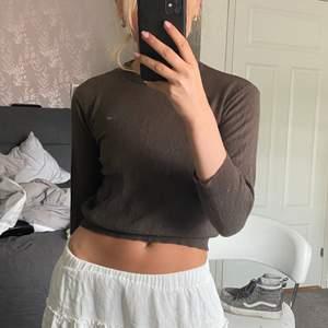 Finaste tröjan, speciellt till kjol i sommar eller lågmidjade jeans!! Storlek S