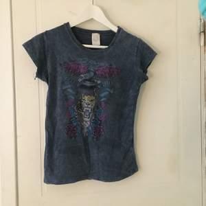 Säljer denna fina t Shirt från edhardy som jag sätt mycket om här på Plick. Pris går att diskuteras 💕