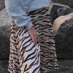 Skön halvlång kjol med leopardmönster! Jätte härlig och sval på sommaren 💖