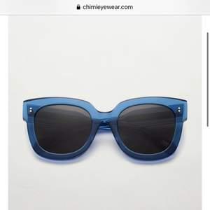 Ett par nästan helt oanvända chimis i 008 färg Acai, en fin havsblå färg! Helt slutsålda! Är öppen för byte mot ett par chimis i 004! Annars säljer jag vid ett bra bud💗 Tar emot bud från 500💗