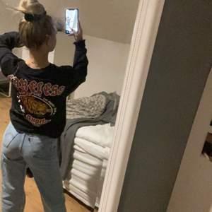 interessekoll (!!!) på ASCOOL sweatshirt me tryck på ryggen , livar verkligen upp en outfit , storlek xs herr! Passar xs-m , köpare betalar frakt