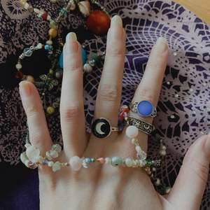 Säljer allt på bilden, en lila tröja (har bättre bilder), halsbandet, som även funkar som skärp, och ringar som är egengjorda ✨ Den blå ringen på bild 1 är en moodring 🦋 Kolla priser på profilen 🌑