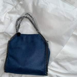 Skit snygg stella liknande väska💙💙 Helt ny med plast och allt på, dustbag medföljer🥰 tänk på att bud är bindade så buda endast om du är intresserad (vinnaren av budgivningen har skylldighet att köpa varan vilket står i plicks regler)