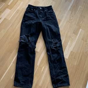 Säljer mina svarta NAKD jeans med hål storlek 36 knappt använda. Köparen står för frakten (66kr)