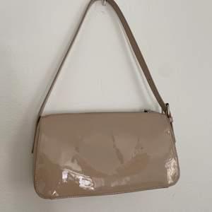 Så fin väska som inte kommer till användning! Köpt här på Plick, fortfarande i väldigt bra skick förutom de små skråmor som går att se på väskans baksida (syns inte när man bär den).