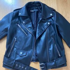 Skinnjacka från Zara, oanvänd storlek XS 🖤 Säljer pga har flera skinnjackor, den är super fin!   Nypris: 600kr