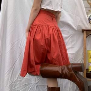 Härlig kjol som tyvärr fått en fläck (bild 3). Men hur fin som helst. Dm för midjemått osv, mer info finns i bion.  Checka även in mina andra annonser och sammfraktar mer än gärna🌞💖