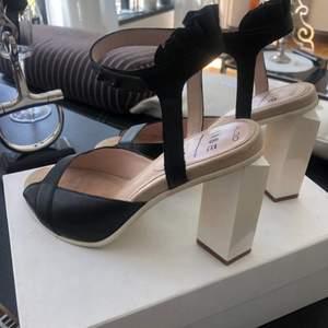 Högklackade skor från Aldo Svart/vit Använda en gång