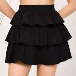 En jätte fin svart volang kjol som aldrig blivit använd!! Besrällde den tyvärr i för liten storlek och det är därför jag säljer den! Är i ett toppen skick! Köparen står för frakten❤