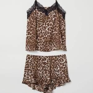 """Pyjamas i """"siden"""" liknanden material. Storlek M i båda delarna. Frakten kostar 49kr"""
