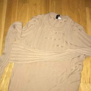 Fin brun långärmad tröja från Zalando! Den har slits på sidan av tröjan o är bred vid händerna! Strlk S, finns ett litet hål på en av bakre axlarna med inte något som syns:))