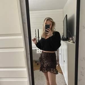 Jätte fin leopard kjol med en liten fin volang på sidan! Kjolen är jätte bekväm och fin, i storlek Xs och säljer för 89kr + frakt