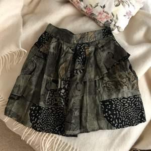 älskar denna kjol men är i behov av pengar och den används alldeles för lite... köpt på beyond retro!! kan mötas i blåsut eller stuvsta eller frakta men du står för kostnaden!💓