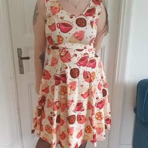 Ny Krämvit  Rickabillyklänning med cupcakemönster