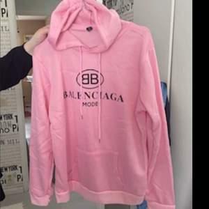 I rosa färg står 3xl men passar en l/liten xl. Köpt dyrt!