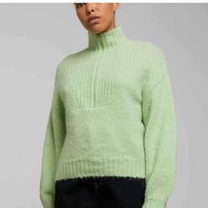 Superfin stickad half-zip tröja från weekday. Helt i nyskick och endast testad dock är prislappen borttagen. Helt slutsåld på hemsidan. Nypris runt 500kr om jag minns rätt. Skriv privat för fler bilder💞