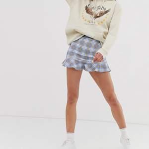 Super fin Daisy street kjol som aldrig är använd och därav att lappen sitter kvar! Så fin i den himmelsblå färgen med de rutiga detaljerna! Liten volang nertill som gör den lite mer speciell💙 aldrig använd pga inte känt att den passar mig
