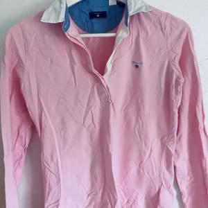 Fin tröj skjorta frn Gant, fint skick! Behöver strykas men annars ser den ut som ny, knappt använd. 150 kr inklusive frakt💕