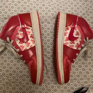 Så snygga Nike jordans pink limited edition!! Super bra skick ( tvättas innan postningen såklart) Köparen står för frakt på 66kr
