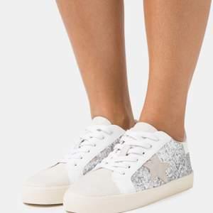 INTRESSEKOLL på mina sneakers från Zalando! Dem är helt slutsålda på deras hemsida! Vill endast se vad jag skulle kunna få för dem! 🥰