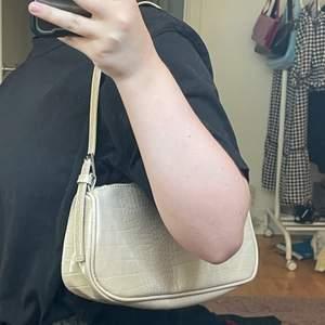 Säljer denna sparsamt använda shoulderbag. Jättefin men kommer ej till användning💕💕