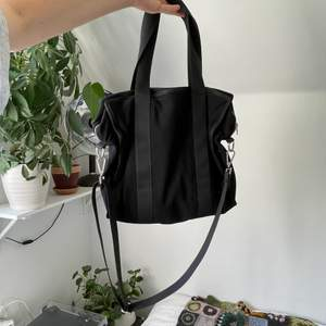 Praktisk och najs väska! Har en liten ficka inne. Den har nån liten men inget som förstör. Frakt är inräknat i priset :)