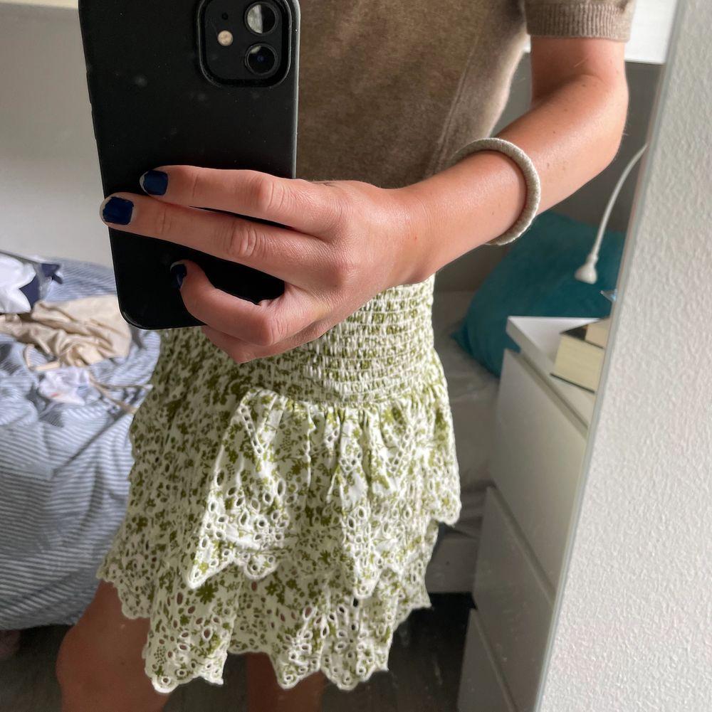 jättefin grön kjol från zara i storlek S. använd en gång och därav fint skick!. Kjolar.