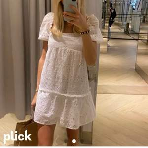 Lägger upp annons igen pga tidigare oseriösa köpare! Slutsåld klänning från hm, passar både XS och S, endast använd en gång 🥰🥰🥰🥰köp direkt för 400 inklusive frakt eller buda❤️