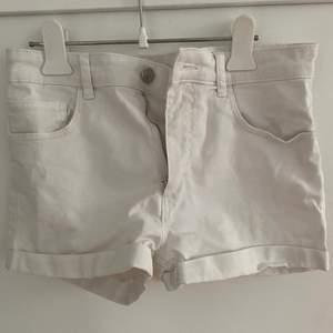 Vita jeansshorts från Hm i st 170 från barnavdelningen. Är för små för mig därav säljer jag dem. 🤍