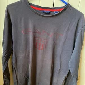 Säljer åt min pojkvän! Säljer än fin oanvänd tröja från gant i storlek 170