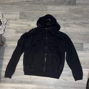 En mörkgrå hoodie från ralph lauren i XL men väldigt liten i storlek så passar mig som är S-M men skulle nog passa en L oxå. Pris kan diskuteras