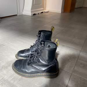 Ett par svarta Dr. Martens. Säljer då de inte används längre. Ganska repiga. Skitsnygga att ha till klänning(!!) Möts upp i Stockholm.🖤