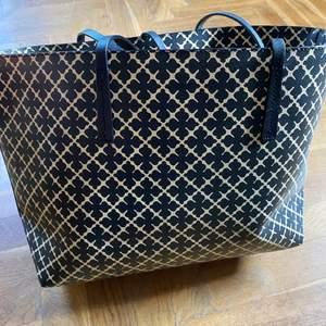 Väska från Marlene Birger äldre tote modell med tillhörande liten väska. Köptes på Nelly för 3 år sedan. Sparsamt använd, tyvärr lite fläckar i botten därav lägre pris. Inhandlad för 1500 kr.