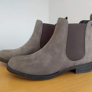 Ett par skor från DinSko som har storleken 38 och som dessutom är i ett väldigt bra skick, säljes pga att jag aldrig använder längre. Säljer den för 300 kr och mötes upp i Malmö eller Arlöv