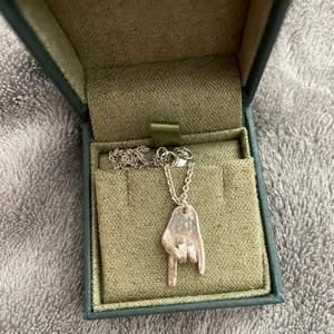 Kan tänka mig sälja det här rock on halsbandet från Maria Nilsdotter för ett bra pris💚