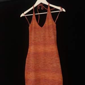 Säljer denna drömmiga klänning helt oanvänd🤩 storlek M men passar också S (färgen visas bäst på bild 2)💓💓