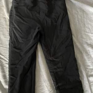 Svarta leggings som ser ut som jeans. Bra passform med push up. Tror det är storlek XS eller S. Skriv om du vill ha fler bilder eller mer information 💕