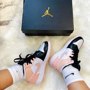 """Säljer dessa Jordan 1 Mids """"Crimson Tint"""". Helt nya och oanvända, kvitto medföljer. I storleken 35,5. Bud från 1000kr 🤍"""