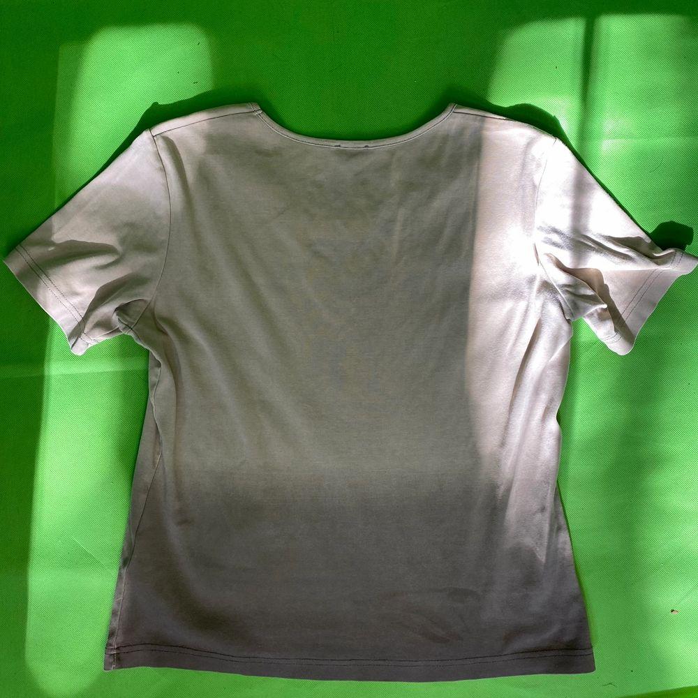 Y2k och fairycore grunge t-shirt från Gerry Weber. Ingen storlek eller materiallapp finns. Modellen använder vanligtvis storlek S och är 169cm för referens. Några linjer finns på baksidan, se bild tre. Några kristaller har lossnat, men det läggs knappt märkes till. Spårbar frakt på 66kr är inräknad i priset.  Axel till axel 40cm. Arm längd 19.Byst bredd 47cm. T-shirts.
