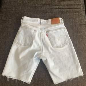Jag har klippt dessa till längre shorts själv men tyvärr sitter de lite för tajt runt mina lår, därför skulle de passa någon med lita smalare ben och storlek xs-s i midjan!🙌🏼