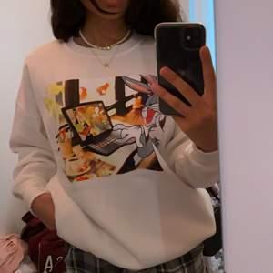 Säljer denna super söta sweatshirten som jag köpte utomlands för 5 månader sen🥰 den är även sjuuukt skön att ha på sig😩🙌🏽 den är nästan helt ny, aldrig använd och endast testad. Köparen står för frakten