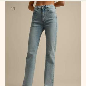 Jättesnygga Jeanerica jeans som tyvärr är för stora för mig.  Eiffel is Jeanerica's trademark high waist silhouette. Features a super high-rise, slim thigh and straight leg from the knee, giving the jeans a slight bootcut. With a stretchability of 30% the jeans are effortlessly comfortable. Vintage 82 is a super light blue vintage wash with a salt and pepper effect. Features distressed edges.