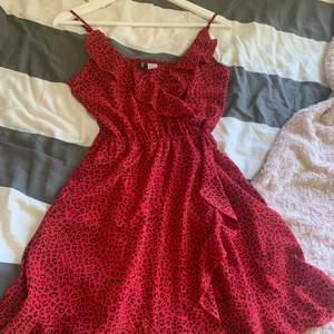 En röd leopard mönstrad klänning från hm som inte använd längre, superfin och i bra skick