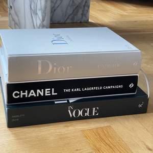 """3st """"coffee table book's"""" i nyskick ✨✨. Fysiska böcker med riktiga sidor, ingen rekvisita. Bild 1: DIOR, CHANEL & IN VOGUE . Dior Catwalk. In Vogue. Chanel, The Karl Lagerfeld Campaigns.                                                            VAR FÖR SIG:  449kr                                           PAKETPRIS: 1299kr. Väldigt fina att ha tillsammans alla tre. Bara att skriva ifall du önskar fler bilder från enskild bok så fixar vi det 🥰💕"""