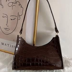 Jätte fin väska från Shein, säljer då jag råkade beställa 2st🤎 (Bild lånad från SHEIN)