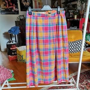 Helt underbar kjol! Dock råkade jag slita av knappen över dragkedjan, men den skickas med och sys enkelt på igen. Märkt d40. Passar M-L. Har lite resår. Superskön och härlig. 150kr pp