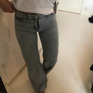 Skit snygga jeans från Monki i modellen Yoko. Använda fåtal gånger och är i väldigt bra skick och säljer på grund av att dom inte kommer till användning