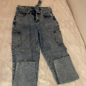 Ett par blå momjeans jeans detaljer som på det ihåliga bältet och fickor på sidorna. Väldigt skön och håller bra. Har haft de ett tag men bara använt 2 gånger!